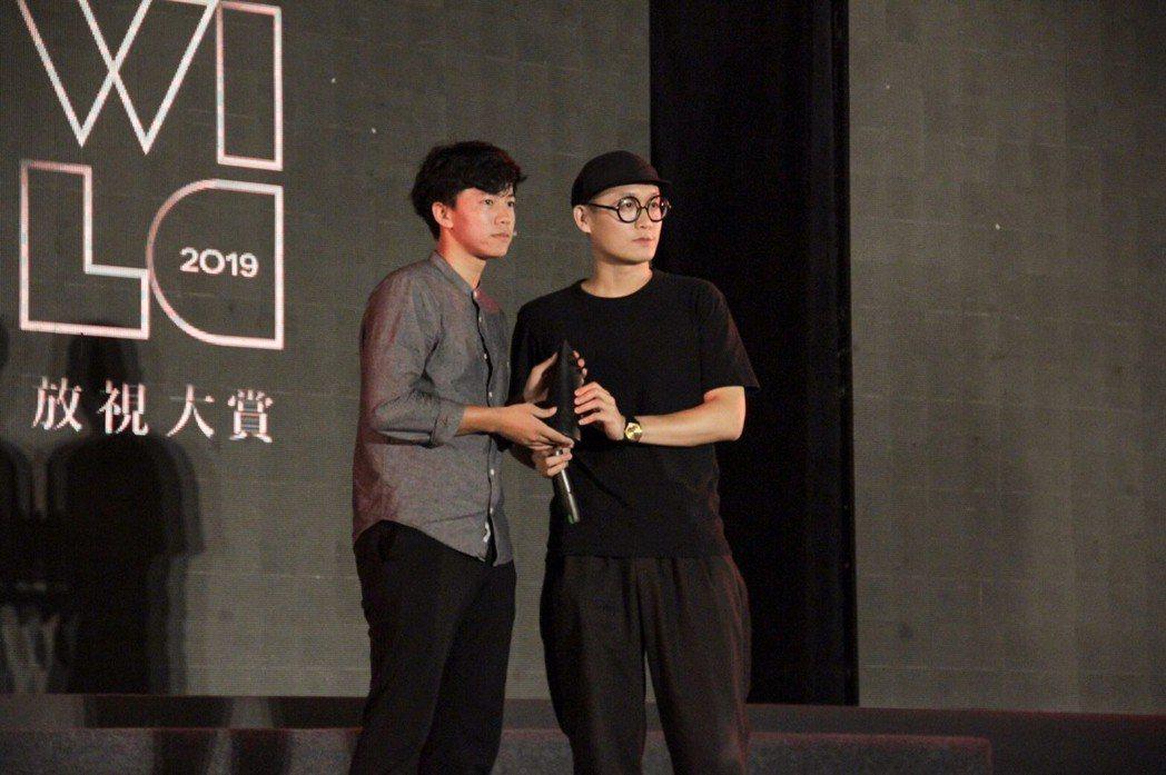《令》_獲得優選,導演(左)出席領獎。 洪紹晏/攝影