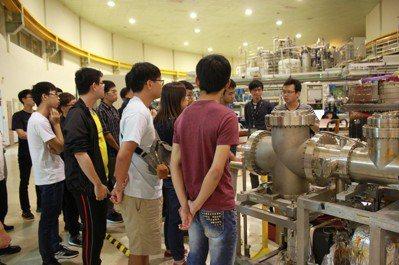 課程師生前往座落於新竹科學園區的國家同步輻射研究中心,參觀加速器光源設施,及聆聽...