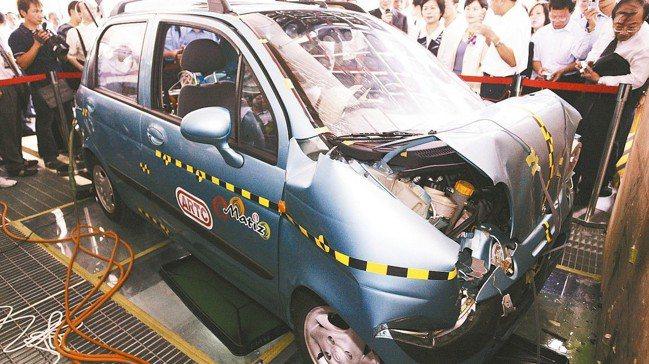 圖為車輛研究測試中心的實車碰撞測試。 報系資料照