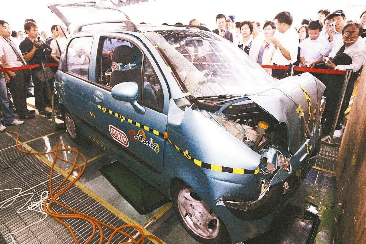圖為車輛研究測試中心的實車碰撞測試。 圖/聯合報系資料照片