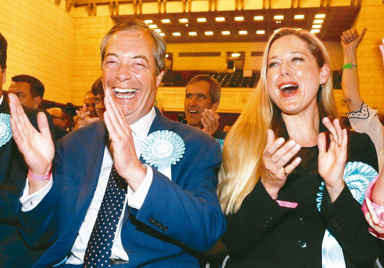 英國疑歐派大將法拉吉(左)領導的脫歐黨在歐洲議會選舉躍升英國第一大黨。 美聯社