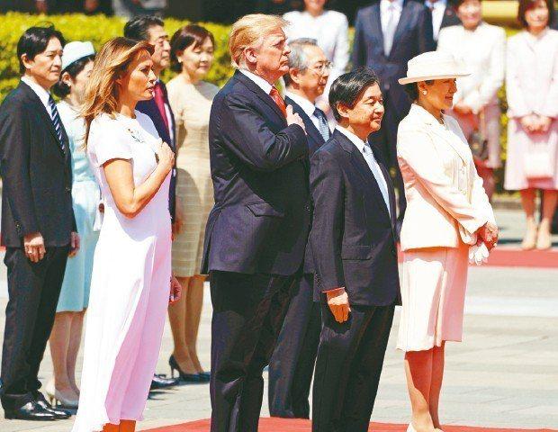 日皇德仁(右二)與皇后雅子(右一)27日出席在皇居宮殿前庭為美國總統川普(左二)...
