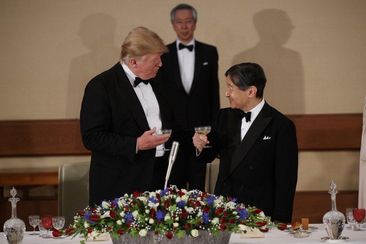 美國總統川普(圖左)今晚接受日皇德仁(圖右)伉儷宮中晚宴款待。 美聯社