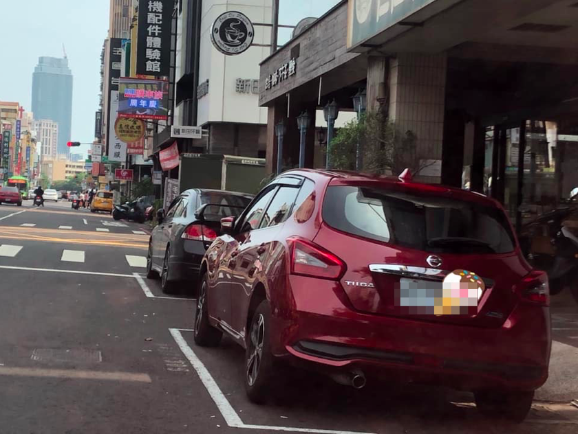 隨後出動婦人小孩幫忙佔車位的紅色轎車出現,停在該路邊停車格中。圖擷自 爆怨公...