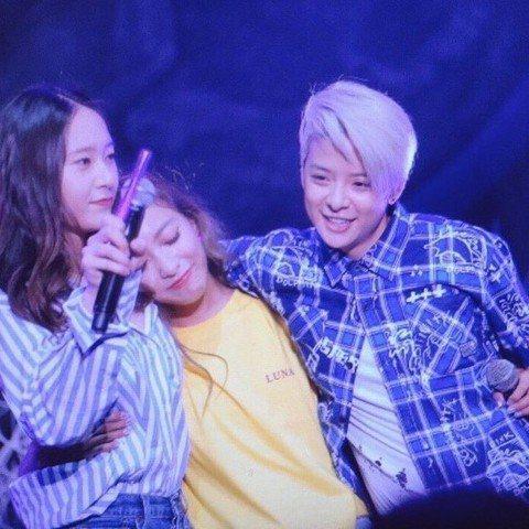 韓國女團f(x)迎來出道10周年,但因為團員們多年來都忙於個人活動,難見她們再合體。近日成員之一的Luna舉辦個人演唱會,另外兩位成員鄭秀晶Krystal和Amber突然現身,讓粉絲和Luna都又驚...