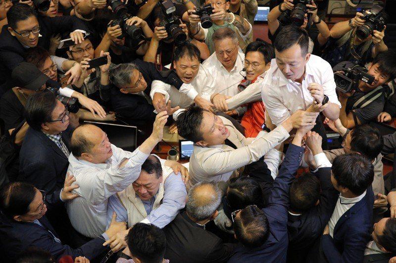 5月11日,香港立法會審議逃犯條例,建制派和民主派議員爆發衝突。 圖/美聯社