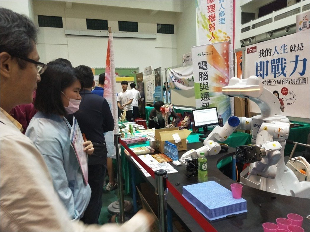 雙臂機器人在技職博覽會現場與師生互動 。 洪紹晏/翻攝