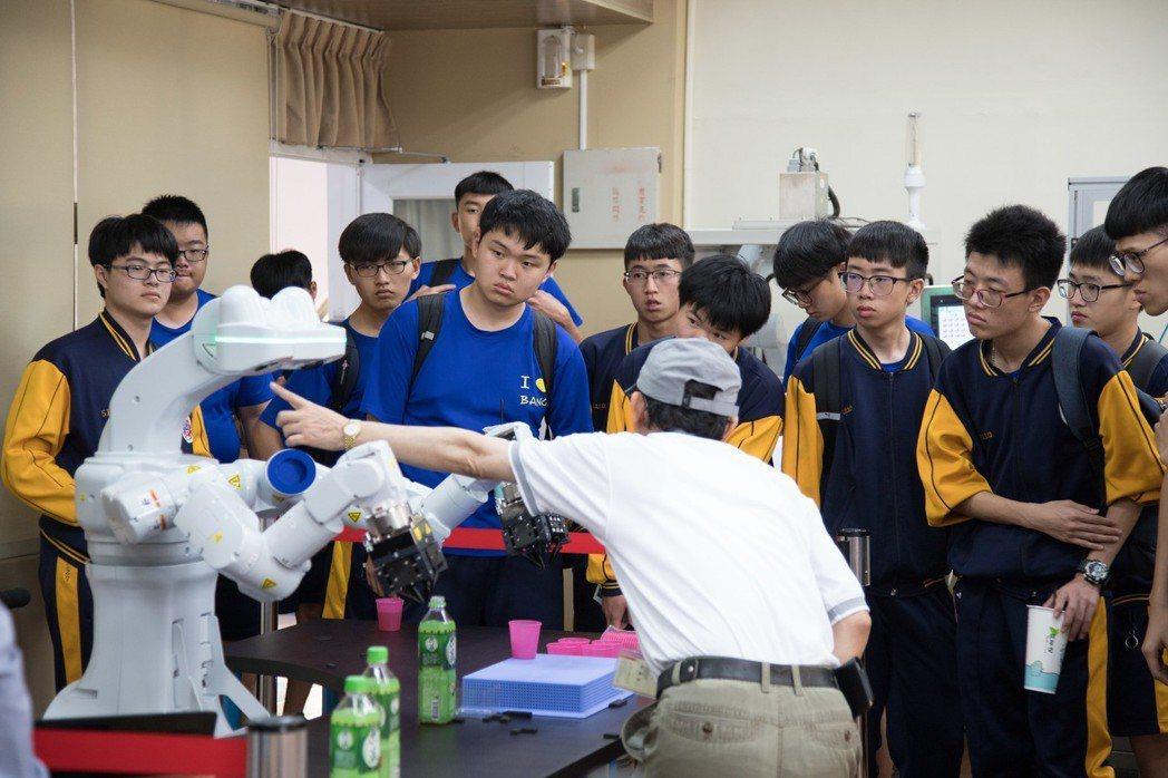 雙臂機器人吸引不少高中職生了解。 洪紹晏/翻攝