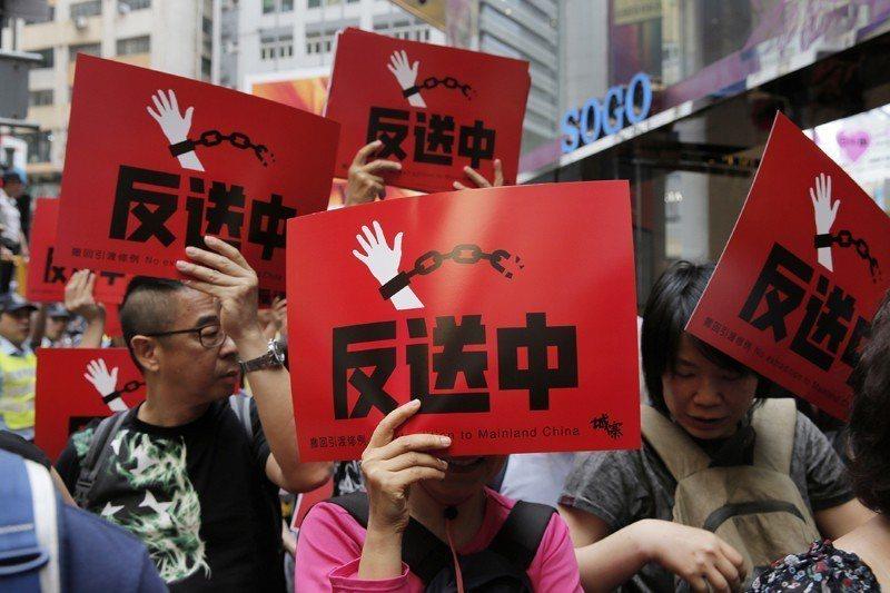 4月28日,港人走上街頭要求港府撤回俗稱「送中條例」的逃犯條例。 圖/美聯社