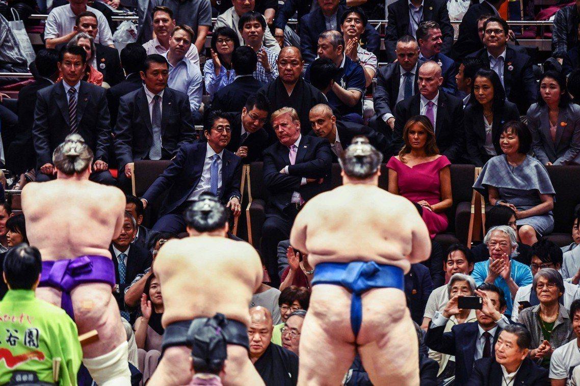 日本第一次以「國賓」身分接待川普,26日更邀請川普觀賞兩國國技館的相撲比賽,並特...