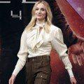 是太想念《冰與火》的披肩造型嗎?蘇菲特納最近對「墊肩、澎袖」情有獨鍾