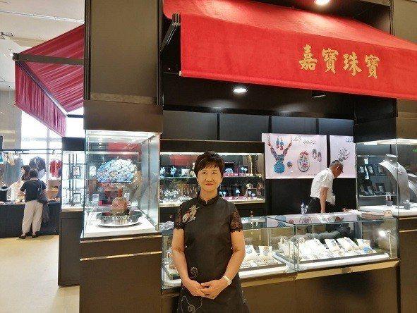 嘉寶珠寶王許富香介紹公司產品。  愛不釋手公司/提供
