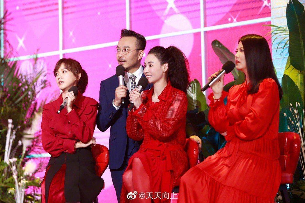 陳意涵(左起)、張柏芝、李湘擔任「姊姊團」觀察「相親現場」。圖/擷自微博