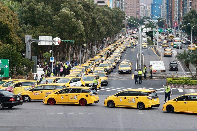 1月31日,為抗議Uber,計程車司機分自發性慢行行政院周邊道路。 圖/聯合報系資料照