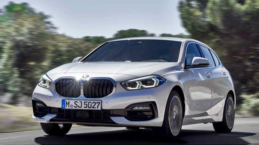 招牌的雙腎水箱護罩加大,讓小車也有霸氣的車頭。 摘自BMW