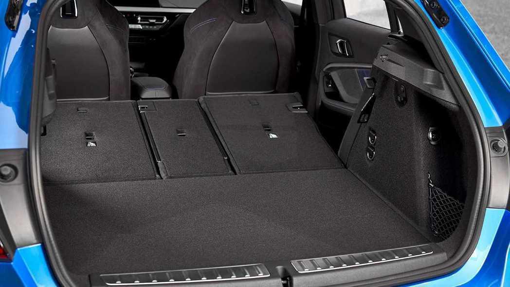 新世代1 Series後座椅背傾倒後,空間增加至1,200L。 摘自BMW