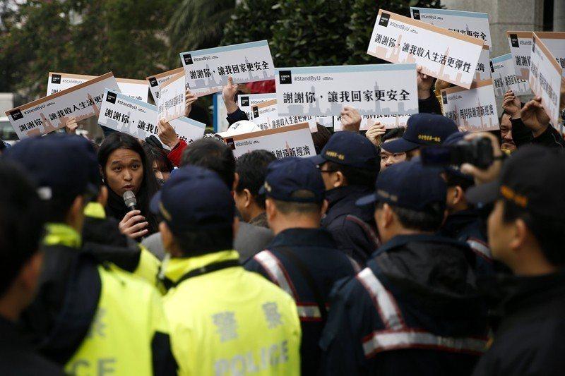 Uber於2017年2月9日宣布暫停台灣服務後,Uber司機隔天上街頭表達訴求。 圖/歐新社