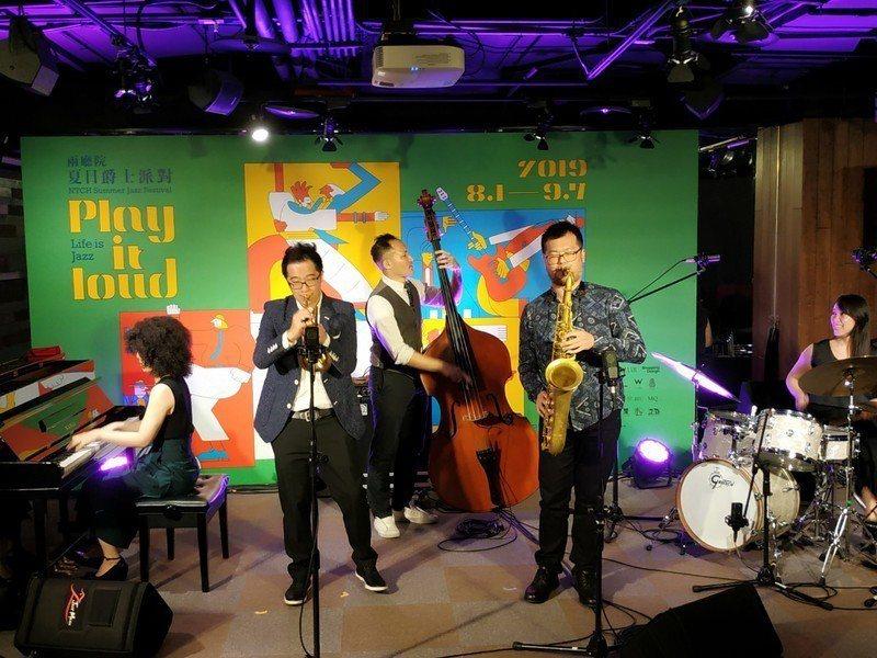 夏日爵士派對將於8月展開,爵士樂隊熱情奔放的演奏為27日的記者會開場。(photo by 張朝瑋/台灣醒報)