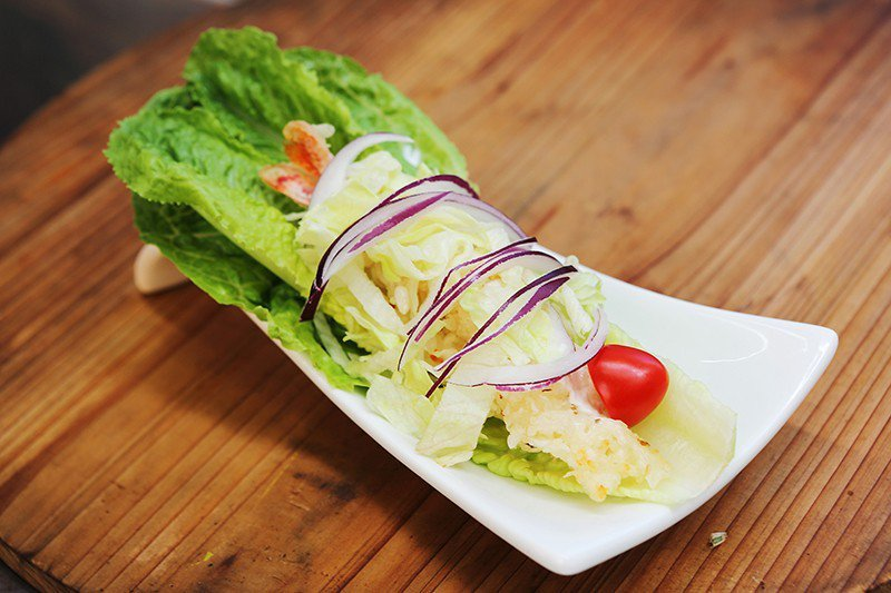 拉長蝦65元/蘿蔓生菜鋪上糯米飯和炸蝦,是清爽的散步小食。