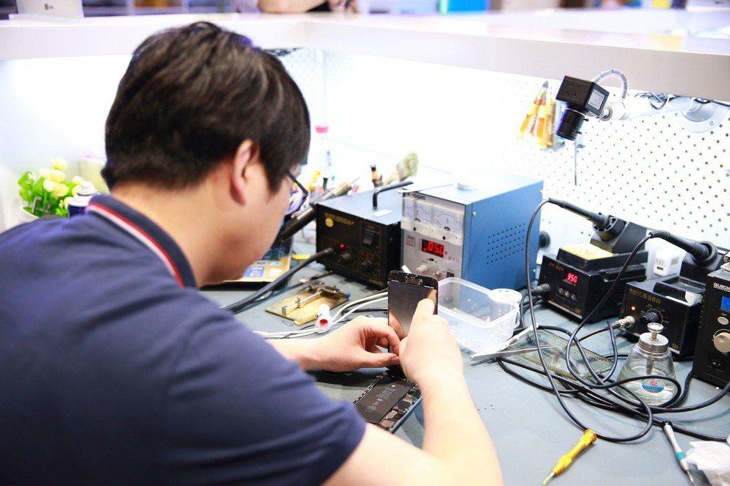 好匯修維修師正維修手機。上海百腦匯/提供