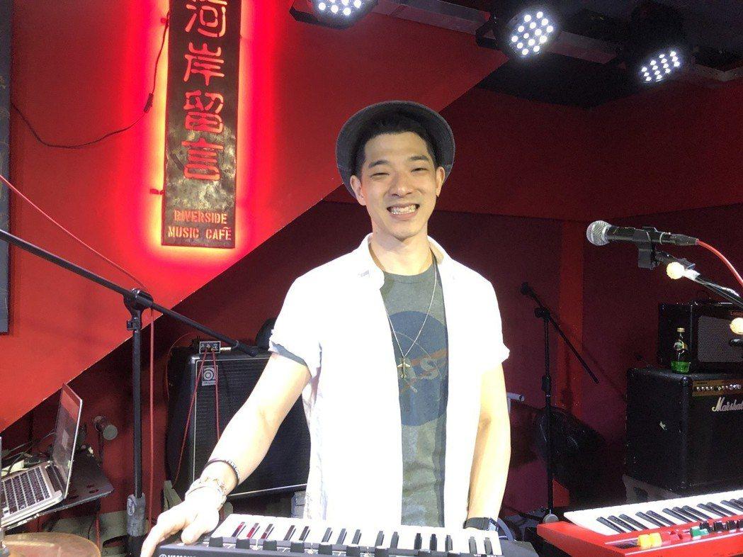 王大文在場自彈自唱,展現才華。圖/環球提供