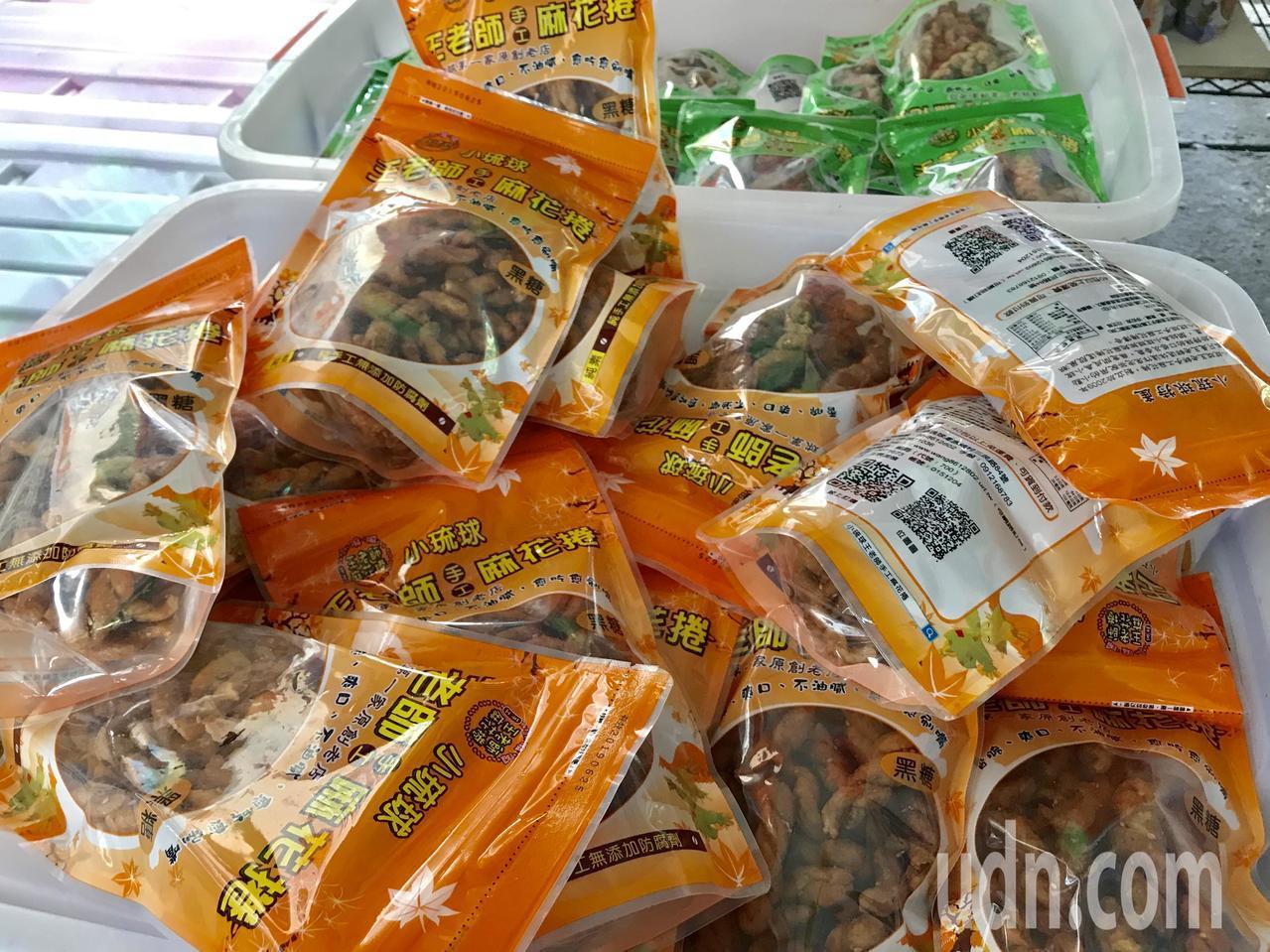麵粉製的麻花捲會成為小琉球特產,源自一名退休教師,改良麻花捲當配茶點心,竟無意間...