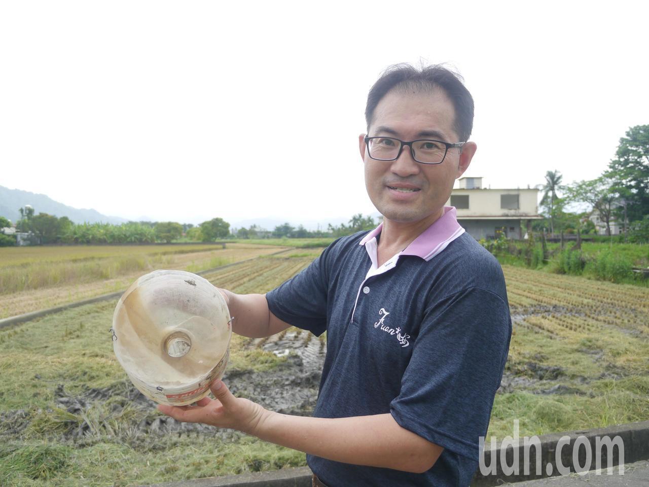 福安國小莊宗霖手上的環保誘捕器原理跟捕蝦籠一樣,米糠是福壽螺最愛吃的食物。記者徐...