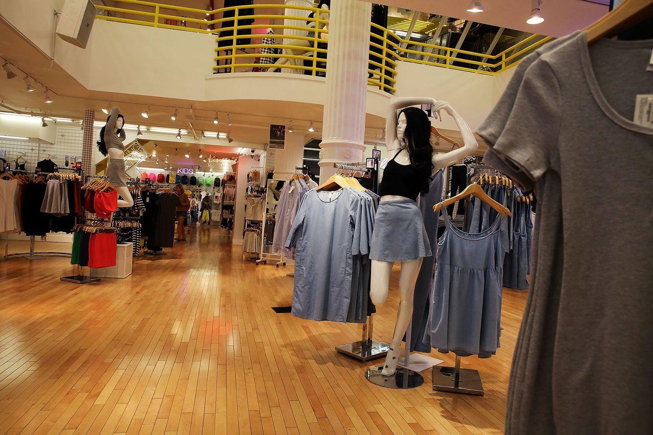 華爾街日報報導,美國成衣女裝的實際尺寸其實越來越大,但編碼卻越來越小,如今的8號...
