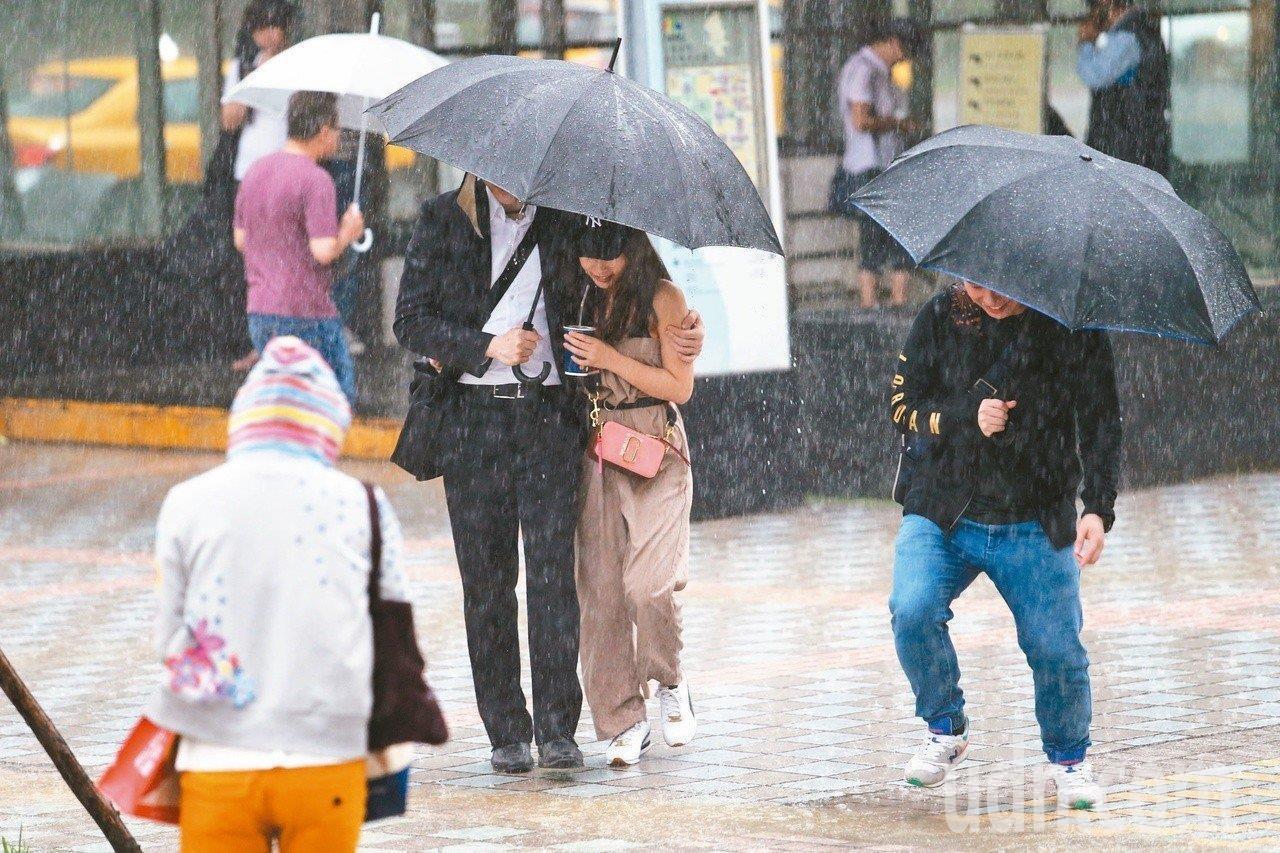 中央氣象局說,周二周三全台有雨。本報系資料照片