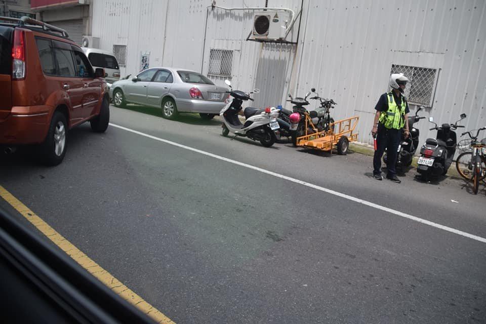 有民眾在臉書社團PO文指出,在台南市安南區同安路與安中路口,這輛紅色轎車直接在警...