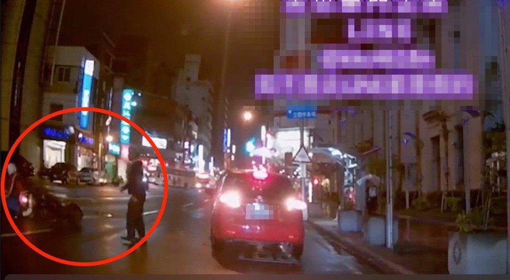 台中市一名中年男子22日晚間穿越中區自由路二段,造成一名機車騎士跌倒,影片今天上...