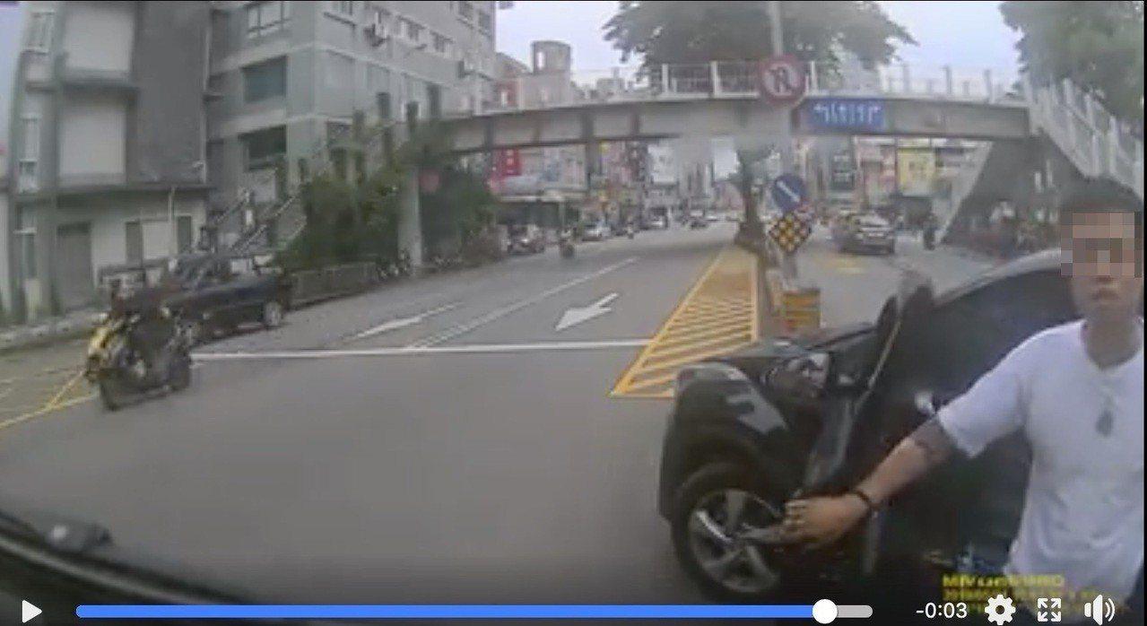 台中市蘇姓男子昨在臉書社團發布自己疑遭逼車的影片,一名男子在左轉車道任意下車,找...