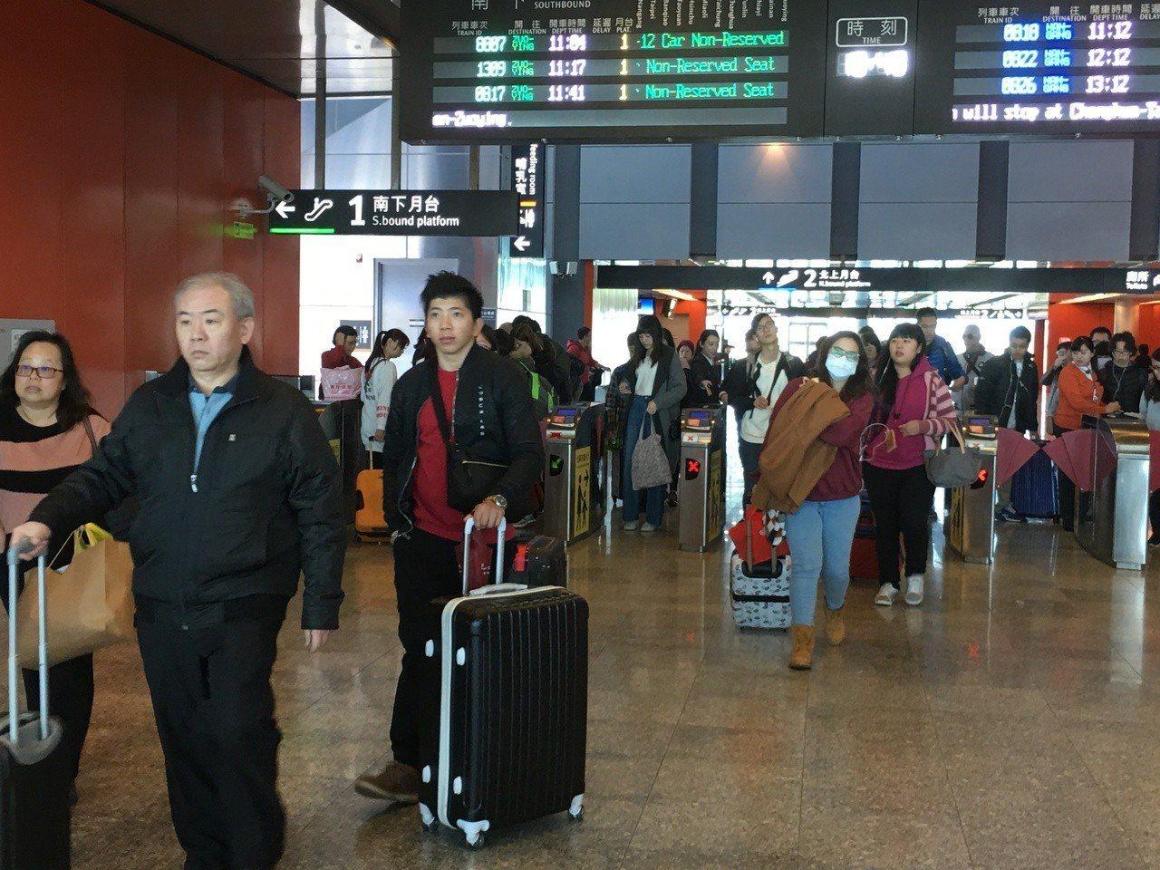 高鐵雲林站乘客日益增加,但每小時僅一班次,對南來北往的乘客相當不便,雲林縣長張麗...