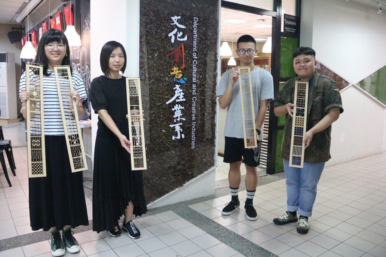 弘光科大學生以老街鐵窗花為靈感,設計出的文創商品獲獎。記者游振昇/攝影