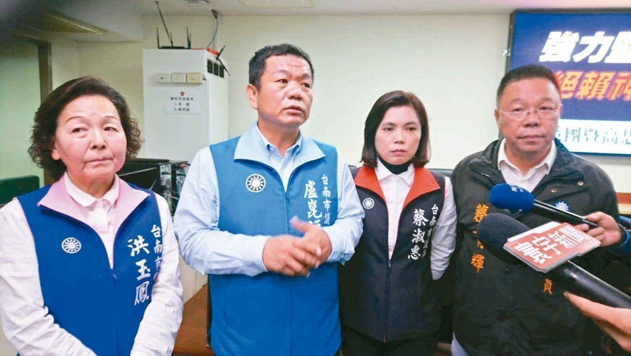 盧崑福(左二)表示館長公開直播辱罵他母親髒話,身為人子的他絕對提告求償捐公益。本...