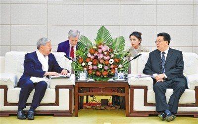 西藏黨委書記吳英傑(右)會見美國駐中國大使布蘭斯塔德夫婦。西藏日報