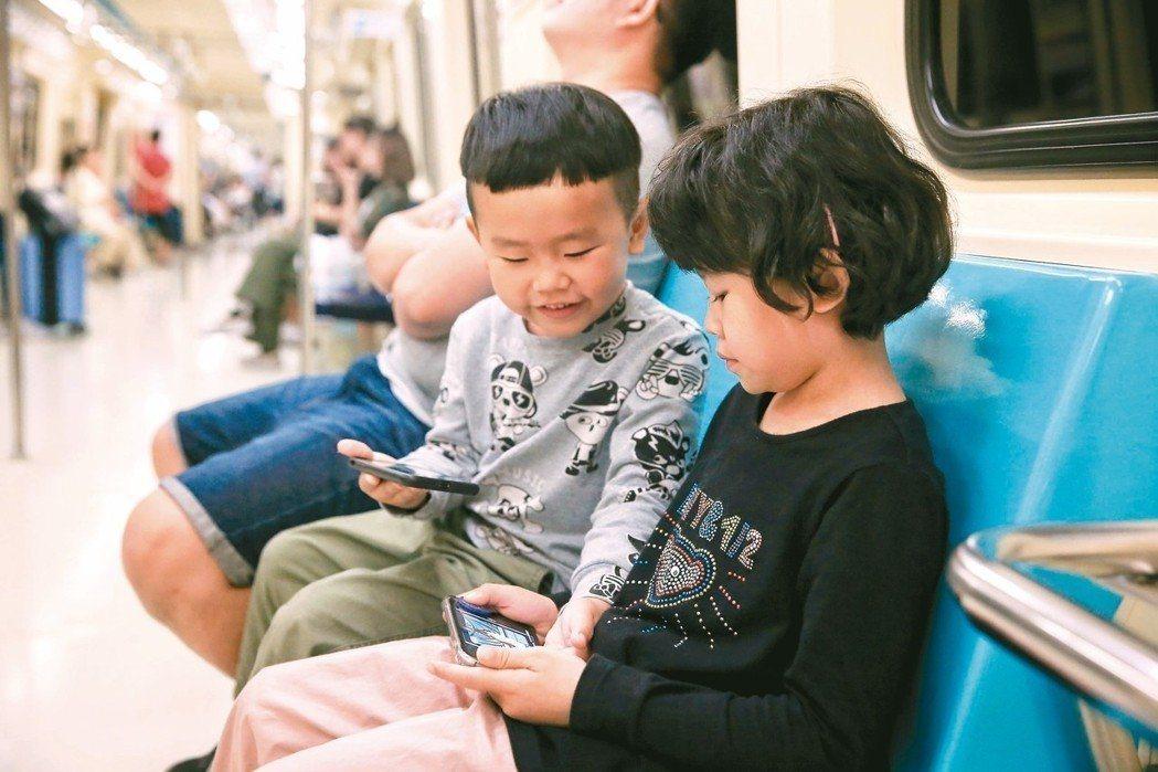 幼童滑手機已成世代現象,國內甚至有五歲孩子手機成癮。 記者林伯東/攝影