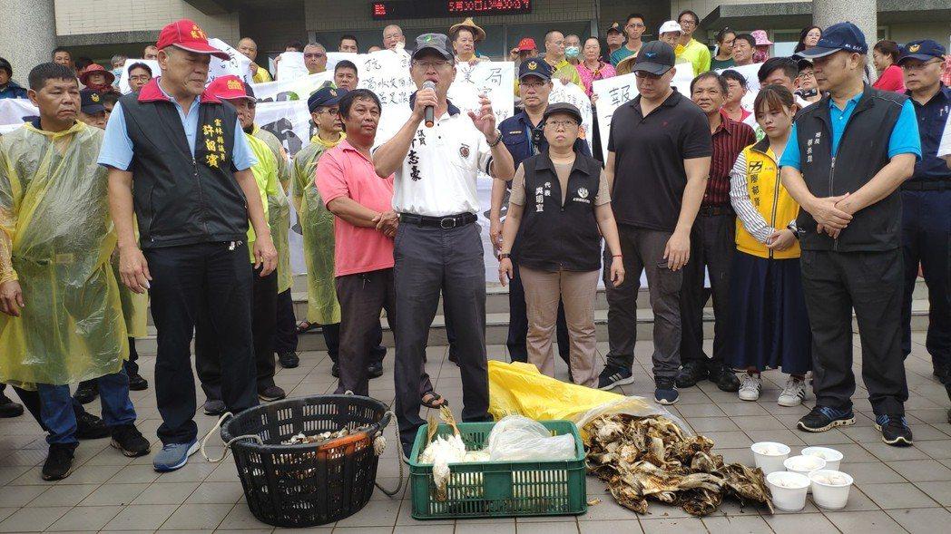 農漁民帶來死鴨、死魚和死蛤來抗議。記者李京昇/攝影