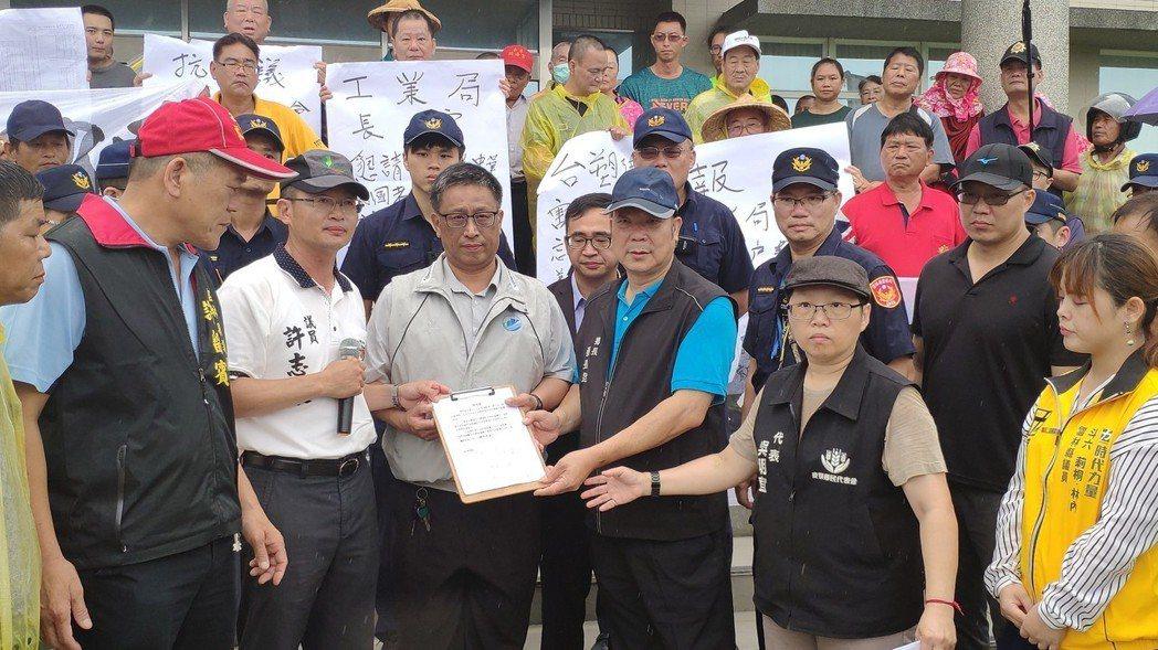 雲林離島式基礎工業區服務中心主任于大千(左三)接下陳情書。記者李京昇/攝影