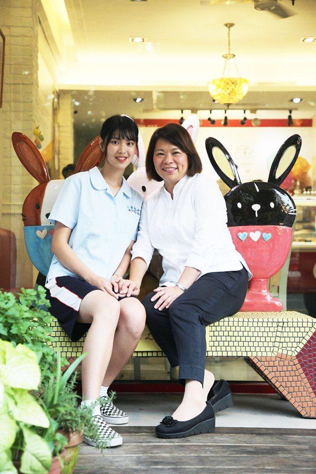 嘉義市府邀請女高中生,一同與市長黃敏惠拍影片。照/黃敏惠粉絲團提供