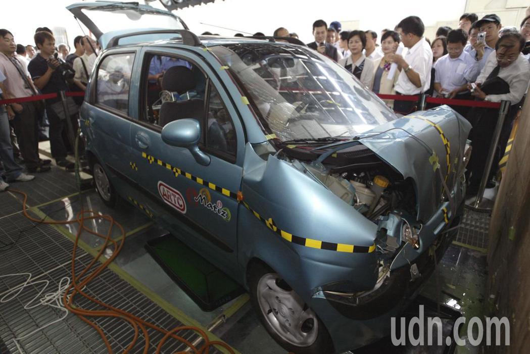 圖為車輛研究測試中心的實車碰撞測試。本報資料照片