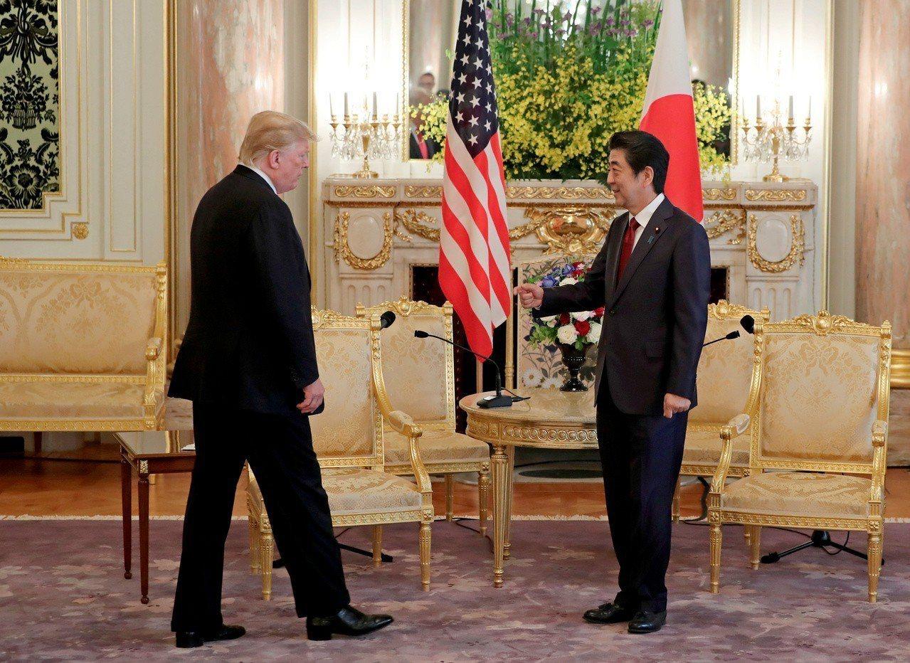 美國總統川普(左)與日本首相安倍晉三今天近午在東京迎賓館舉行第11次領袖會談。路...