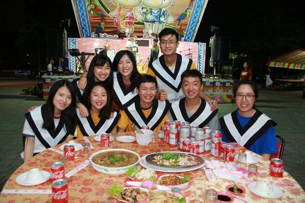 中山大學首次以「辦桌」方式慶祝學生即將展翅高飛、邁向人生下一站旅程。照片/中山大...