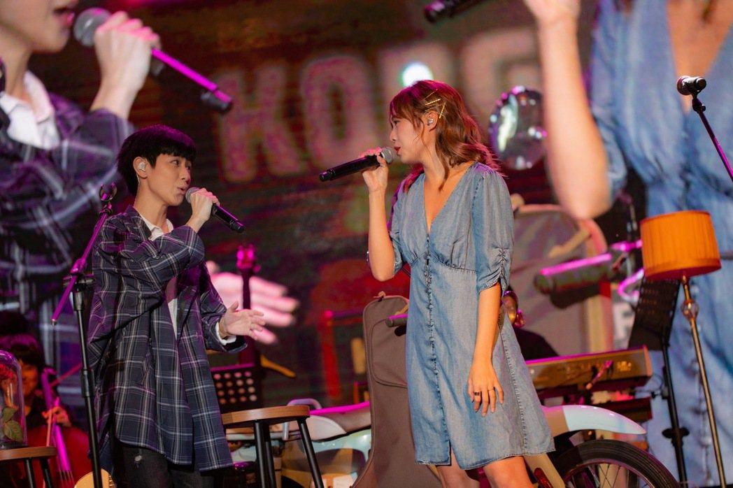 魏嘉瑩(左)與簡廷芮合唱。圖/魏嘉瑩工作室提供