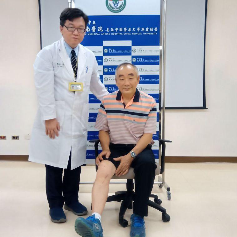 台南市立安南醫院骨科主任方彥博(左)與接受精準高位脛骨矯正保膝手術患者。圖/安南...