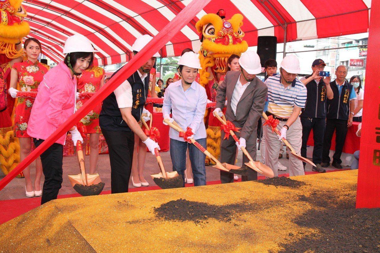 台中市政府上午舉行草湖防災公園動土,市長盧秀燕形容,這是興建一個具滯洪功能的公園...