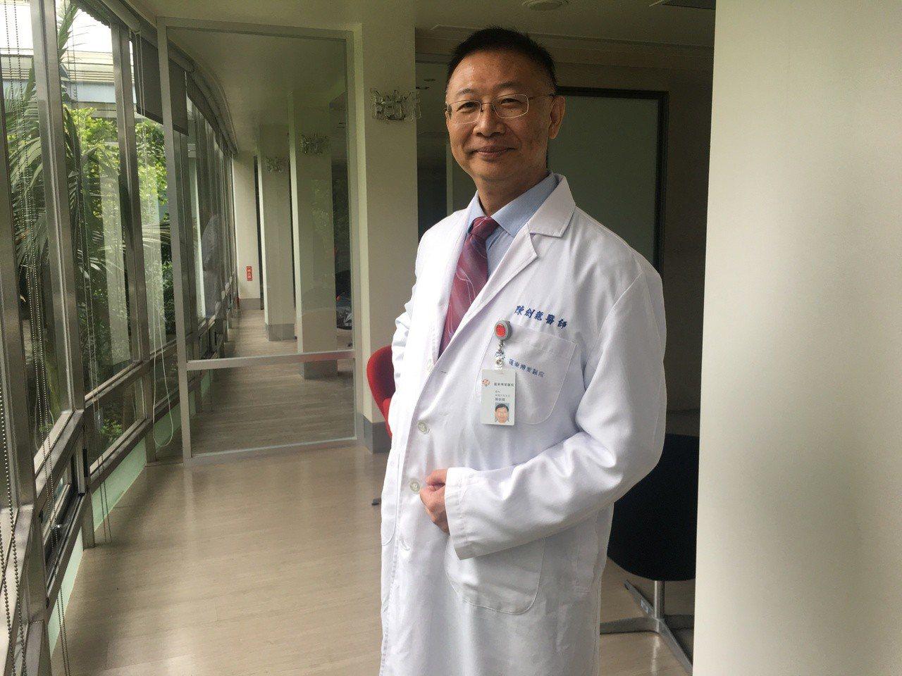 羅東博愛醫院骨科部脊椎外科主任陳劍龍在院內營養科團隊協助下減重1年,體重成功從1...