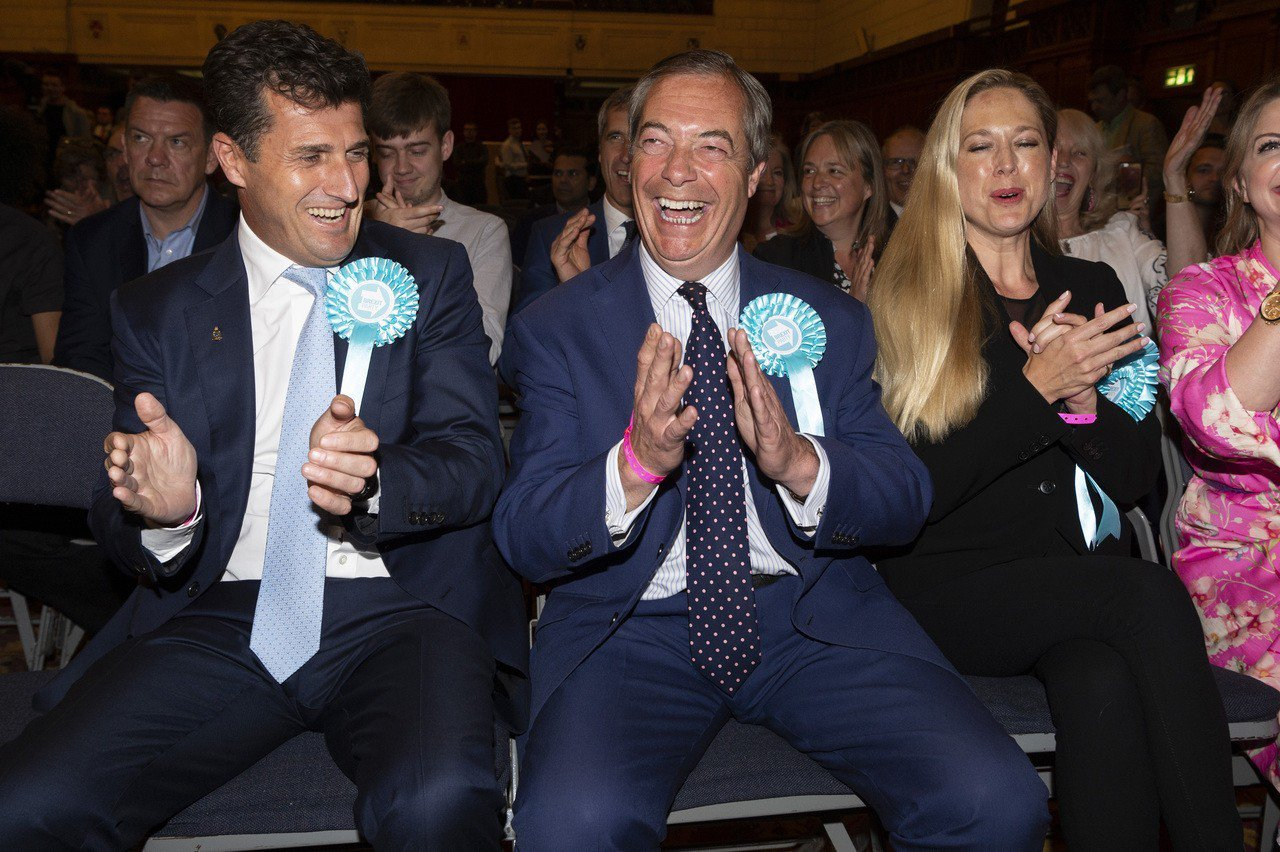 英國疑歐派大將法拉吉(中)領導的脫歐黨是這次歐洲議會選舉的大贏家。新華社