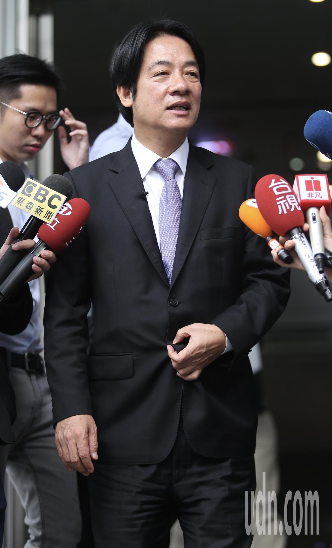 行政院前院長賴清德(圖),中午接受Yahoo TV直播專訪,直播後步出攝影棚,接...