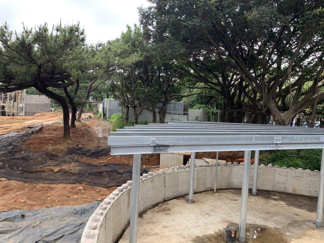 新竹市動物園閉園將滿兩年前夕,工程尚未完成,傳出今年又有18隻動物死亡。記者張雅...